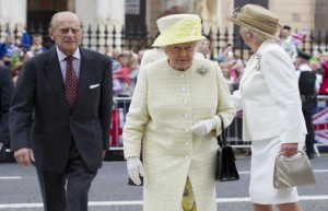 Πιτσιρικάς-έσπασε-τα-μέτρα-ασφαλείας-και-έβγαλε-selfie-ΦΩΤΟ-με-τη-Βασίλισσα-Ελισάβετ