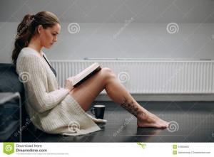 όμορφη-νέα-κυρία-που-ιαβάζει-ένα-μυθιστόρημα-στο-σπίτι-44305893
