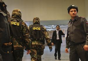 """Сотрудники правоохранительных органов дежурят в аэропорту """"Домодедово"""", где после взрыва усилены меры безопасности."""